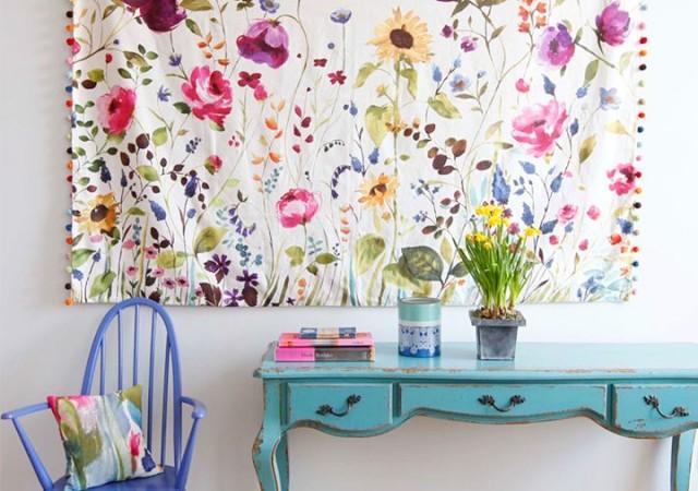 Kwiaty jako motyw w pokoju dziennym