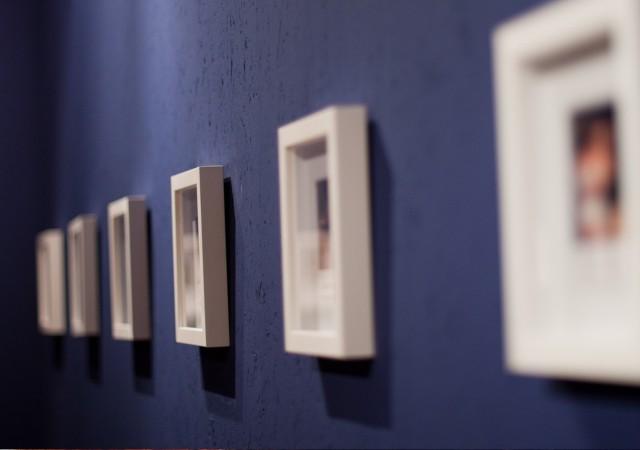 Ramki na ścianie w pokoju dziennym